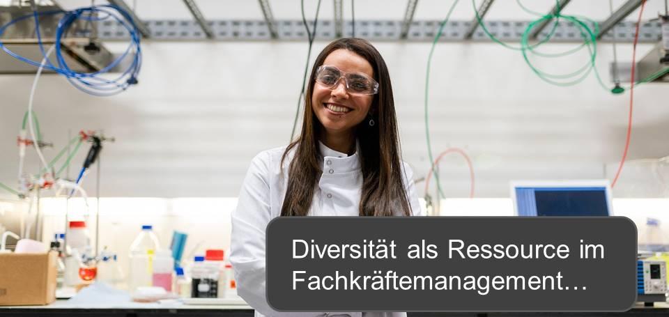 """Eine weibliche Fachkraft in einem Labor mit dem Text """"Diversität als Ressource im Fachkräftemanagement"""""""